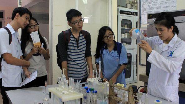 Học sinh trải nghiệm với môi trường đại học