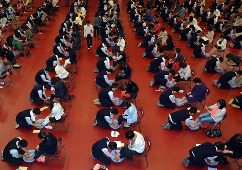 150 học sinh quỳ gối rửa chân cho cha mẹ